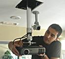 Instalación de un proyector en un colegio