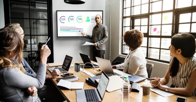 10 funcionalidades de los paneles interactivos para empresas